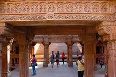 Adalaj Stepwell, Ahmedabad, Gujarat, India Turisti che cliccano le immagini immagine stock