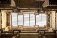 Adalaj-stepwell hohe Säulen indisches Erbtouristenort, ahm Lizenzfreies Stockfoto