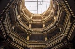 Adalaj stepwell od dna odgórnego widoku dziedzictwa Indiański turysta Obraz Stock