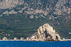Adalar-Felsen auf einem Hintergrund des Bergs Ayu-Dag Stockbild