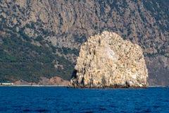 Adalar-Felsen auf einem Hintergrund des Bergs Ayu-Dag Stockfotos