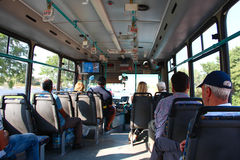 ADALIA, TURCHIA - 8 agosto 2012, vista dall'interno del bus con i passeggeri , l'8 agosto 2012 a ADALIA, la TURCHIA Fotografia Stock Libera da Diritti