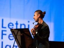 Adam Baldych - polnischer Violinist, der Live-Musik am Sommer Jazz Festival in Krakau spielt Lizenzfreies Stockbild
