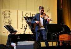 Adam Baldych - polnischer Violinist, der Live-Musik am Sommer Jazz Festival in Krakau spielt Stockfotografie