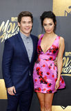 Adam DeVine und Chloe Bridges Stockfotos