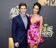 Adam DeVine und Chloe Bridges Lizenzfreies Stockfoto