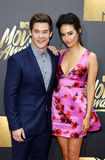 Adam DeVine und Chloe Bridges Stockfoto