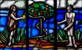Adam en Vooravond in Paradijs met de appel en de slang stock afbeeldingen