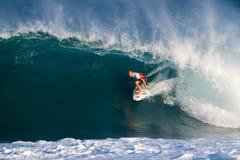 adam förlage som melling att surfa för pipelinesurfare Arkivfoton