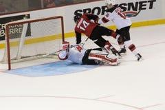 Adam Henrique colide contra Cory Schneider dos New Jersey Devils Fotos de Stock