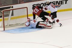 Adam Henrique stößt gegen Cory Schneider der New Jersey Devils zusammen Stockfotos