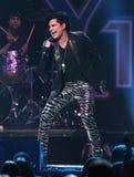 Adam Lambert presteert in Jingle Ball stock foto's