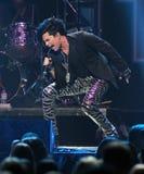 Adam Lambert presteert in Jingle Ball stock fotografie