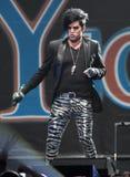 Adam Lambert presteert in Jingle Ball royalty-vrije stock fotografie