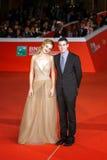 Adam Leon och Grace Van Patten på den röda mattan Fotografering för Bildbyråer