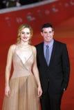 Adam Leon och Grace Van Patten på den röda mattan Arkivfoto