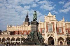 Adam Mickiewicz Monument und Sukiennice in Krakau Lizenzfreie Stockfotos