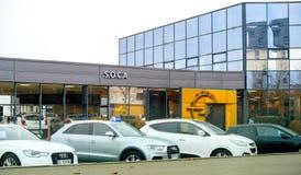 Adam Opel Ag-Ausstellungsraum mit Autos außerhalb des Auto-Vertragshändlers Lizenzfreie Stockfotos
