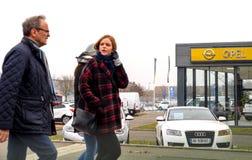 Adam Opel Ag visningslokal med bilar utanför bilåterförsäljaren Arkivbilder