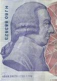 Adam Smith stående på omvänt av den 20 pund sedeln Royaltyfri Foto