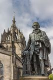 Adam Smith-Statue und Heiliges Gilles Cathedral, Edinburgh, Scotlan stockfoto