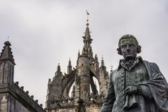 Adam Smith-Statue und Heiliges Gilles Cathedral, Edinburgh, Scotlan stockbilder
