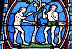 Adam und Eve auf dem Buntglasfenster stockbild