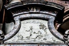 Adam und Eve und der Giftapfel dargestellt auf einem Marmorkopf in t Lizenzfreies Stockfoto