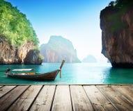 Adaman-Meer und hölzernes Boot Stockbilder