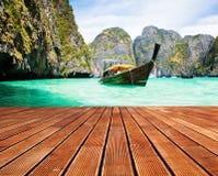 Adaman-Meer und hölzernes Boot in Thailand Stockfoto