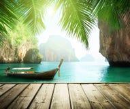 Adaman morze i drewniana łódź fotografia stock