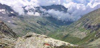 adamello谷在夏天,意大利阿尔卑斯美好的全景  免版税库存图片