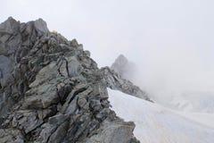 Adamello-Gletscher und kleines gelbes Nachtlager unter den Felsen Stockfotos