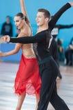 Adamovskiy Vladislav och Valashimas Stefaniya utför Juvenile-2 latin - amerikanskt program Royaltyfri Fotografi