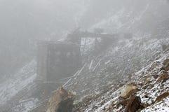 Adamson-Bergwerk-Ruinen in einem Schneesturm Stockbild