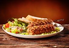 Adana-Kebabs mit einem frischen Salat und einem Brot Stockbilder