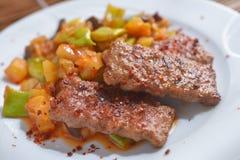 Adana-kofte mit Gemüse Stockfotos