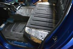 Adaptación del coche en un cuerpo de la camioneta pickup con tres capas de aislamiento del ruido fotografía de archivo