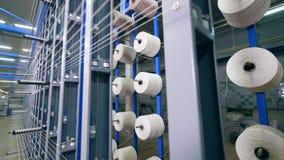 Adaptación del telar con las bobinas que zurcen estáticas almacen de metraje de vídeo