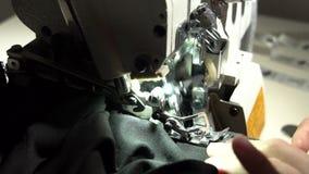 Adaptación en la máquina de coser Cierre de la cámara lenta para arriba almacen de metraje de vídeo