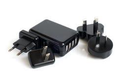 Adaptadores eléctricos negros al acceso del USB Imagenes de archivo