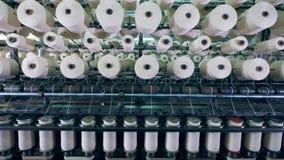 Adaptando el proceso realizado en una máquina industrial con los carretes en una fábrica de la materia textil almacen de video