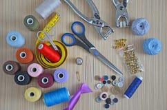 Adaptando (hilo de coser, tijeras, adaptando el metro, agujas, los botones) Imágenes de archivo libres de regalías