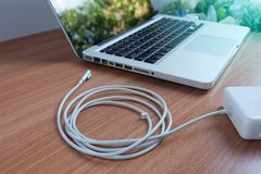 Adaptator władzy sznura ładowarka laptop Na drewnianym zdjęcie royalty free