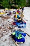 Adapte en la playa, embalando para arriba en el día pasado foto de archivo