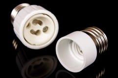 Adapter des Lampenhalters E27 lokalisiert auf dem schwarzen Hintergrund Lizenzfreie Stockfotos