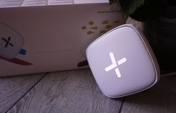 Adapter Wi-Fi för hem i en härlig inre Van vid fördela internet hemma royaltyfri fotografi