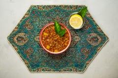Adasi, персидское тушеное мясо чечевицы на серой предпосылке стоковые фото