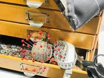 Adattamento degli accessori con gli aghi ed i bottoni di forbici immagine stock