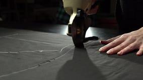 Adattamento del processo Taglio del panno con il coltello circolare elettrico Concetto del produttore handcrafted di marca video d archivio